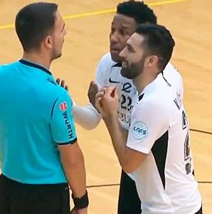 Everton y Víctor Cachón protestan al árbitro tras señalar un doble penalti