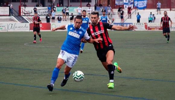 Ismael Maruja (d) disputa un balón con un jugador del Xerez DFC