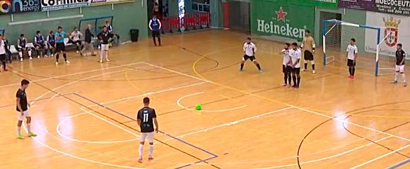 Los jugadores del Ceutí defienden el lanzamiento de una falta a favor del Rivas