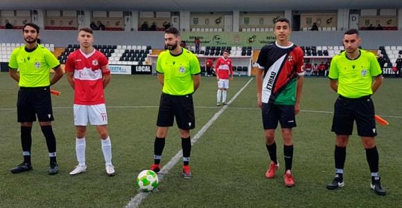 Los capitanes de San Roque y Sporting, con el trío arbitral