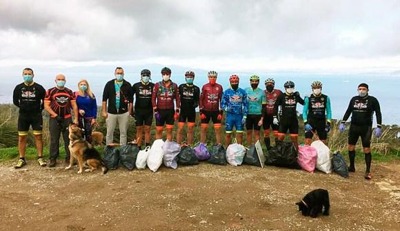 Integrantes de Titanes Bikes, con las bolsas de basura recogidas en la Tortuga
