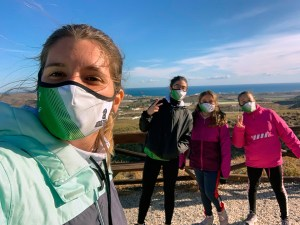 Marina García, con las tres jóvenes triatletas ceutíes desplazadas a Pulpí