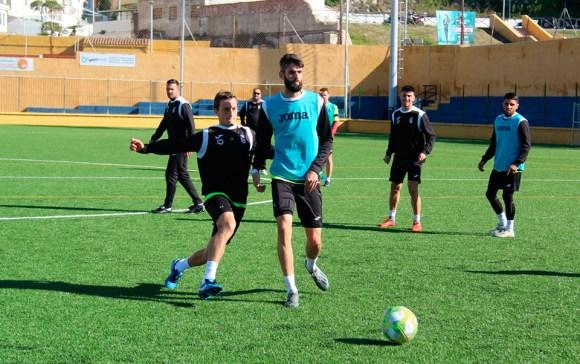 El goleador del Ceuta Pablo García (i) regresa tras superar su lesión de tobillo