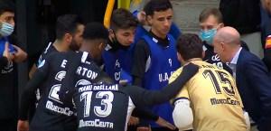 Valladares, que volvía a casa, dando instrucciones a sus jugadores