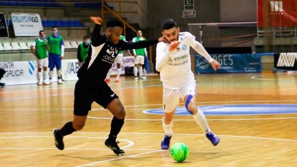 El gallego Porto conduce el balón con la presión de Everton, en el duelo del pasado sábado