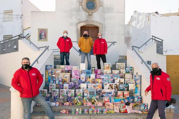 Varios miembros de Fotógrafos Solidarios, con los juguetes donados a la Iglesia del Valle