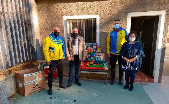 Responsables de la Escuela de Baloncesto Juventud, tras realizar la donación de alimentos en el Valle