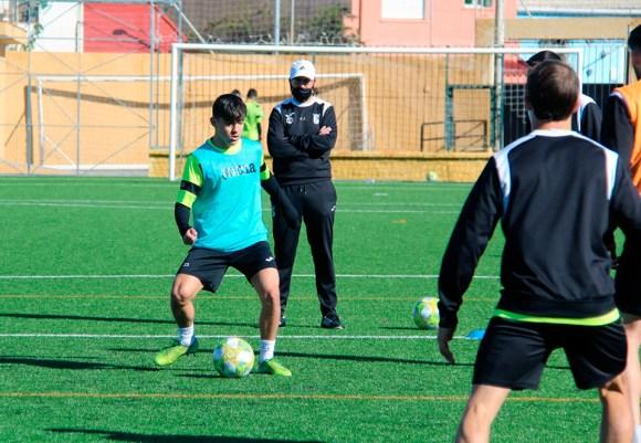 José Juan Romero, siguiendo las evoluciones de sus jugadores durante un entrenamiento