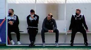 José Juan Romero y los integrantes de su banquillos, abatidos tras el 1-2