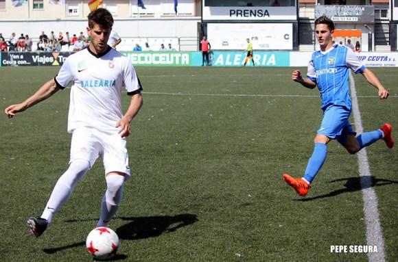 Benítez, con el balón, durante su etapa como jugador de la AD Ceuta FC