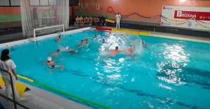 Un momento del partido disputado este sábado en la piscina del Claret Askartza