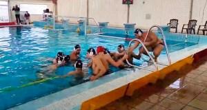 Los jugadores del CN Caballa, antes de empezar su partido ante el Waterpolo Málaga