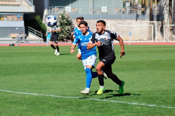 Jalid avanza con el balón acompañado por un contrario