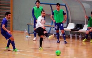 Sufian golpea el balón ante un contrario / @javivereda