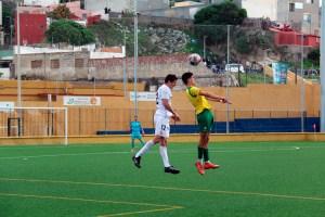 Jaime salta con un contrario en el anterior partido en casa, ante la UD Los Barrios