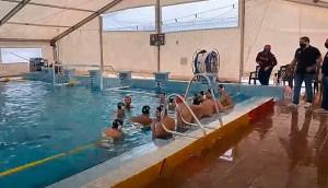 Sergio Aguilera y sus jugadores, este sábado en la piscina del CN Caballa