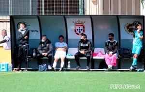 Pablo García, en el banquillo del Ceuta, tras lesionarse en el partido del pasado domingo