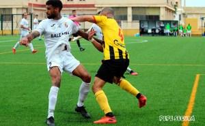 Benji disputa un balón con Becken en el Ceuta - San Roque de Lepe de la primera jornada de la fase de ascenso