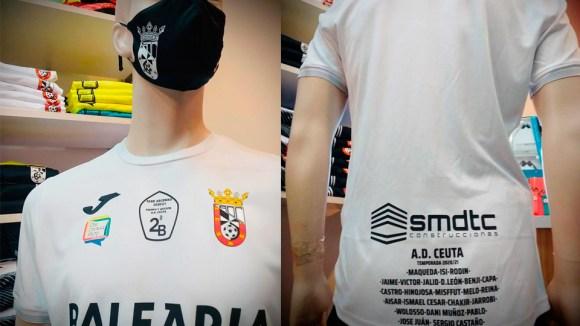 La camiseta se puede adquirir con los nombres de los integrantes de la plantilla en el dorso
