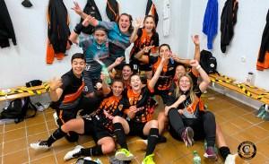 Las integrantes del Camoens celebran su importante victoria en la cancha del Monachil