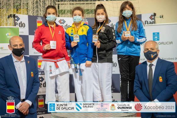La representante ceutí Candela Muñoz, segunda por la derecha, en el podio de la categoría infantil