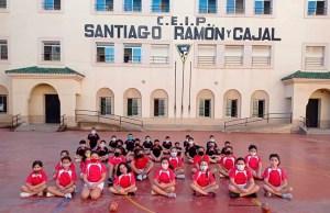 Jóvenes jugadores, en el patio del colegio Ramón y Cajal