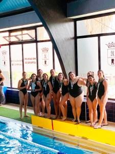 Las chicas del CN Caballa, con el trofeo y las medallas que las acreditan como subcampeonas andaluzas
