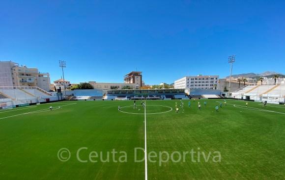 La plantilla de la AD Ceuta, ejercitándose este martes sobre el nuevos césped del Alfonso Murube