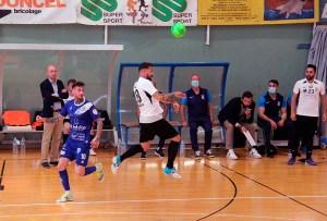 Saúl corta de cabeza un pase ante Antoñito en el partido del pasado sábado en Ceuta / @javivereda