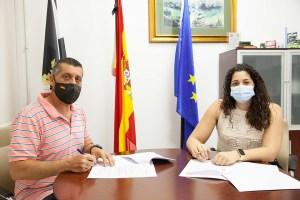 El presidente de la Federación de Hípica, firmando el convenio con la consejera de Juventud y Deporte
