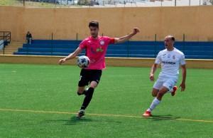 Ismael César presiona a Pablo Gallardo en el partido de la primera vuelta