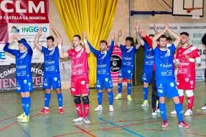 Jugadores del Manzanares saludan a su afición en el pabellón 'Antonio Caba'