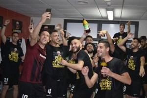 Prieto -en el centro-, celebrando el ascenso con sus compañeros en el vestuario del Eldense