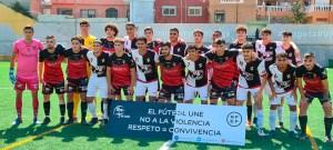 Los jugadores del Sporting y el Puente Genil han posado juntos contra la violencia y a favor de la convivencia
