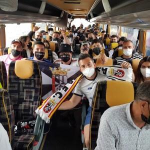 Aficionados ceutíes, en uno de los autocares que viajan con destino a Jerez