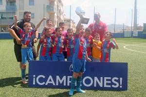 El Puerto Atlético ha levantado la copa de campeón / Foto: FFCE