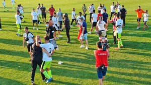 Aficionados del Ceuta celebran el ascenso con sus jugadores en el césped de La Juventud