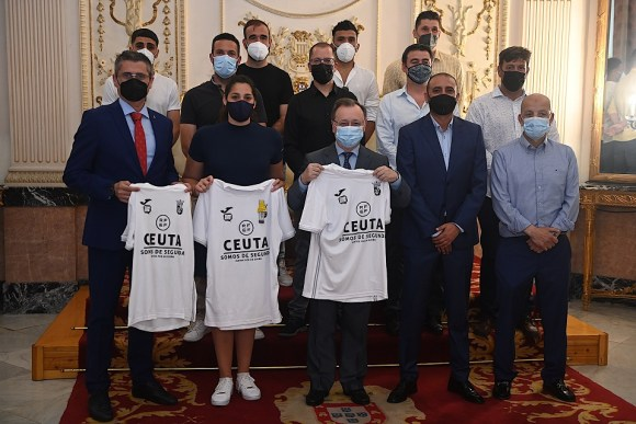 Los capitanes del Ceuta les han regalado una camiseta conmemorativa del ascenso a Vivas, Miranda y García Gaona