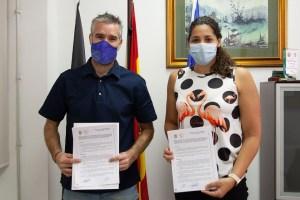 Víctor López y Lorena Miranda, tras firmar el convenio