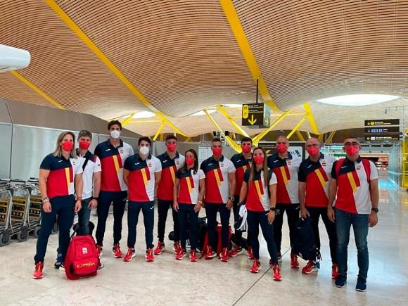 Isa Contreras -sexta por la izquierda-, junto al resto de la expedición española, este miércoles en el aeropuerto de Barajas