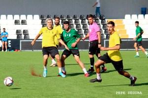 Un momento del partido de entrenamiento disputado el sábado entre el Ceuta y su filial