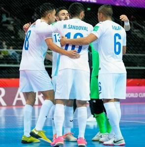 Alvarado celebra un gol con sus compañeros de la selección guatemalteca