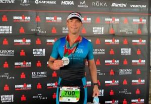 Alejandro Seguín, con su medalla de 'finisher'