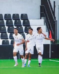 Sufian, a la derecha, felicitado por sus compañeros tras marcar ante el Tomares