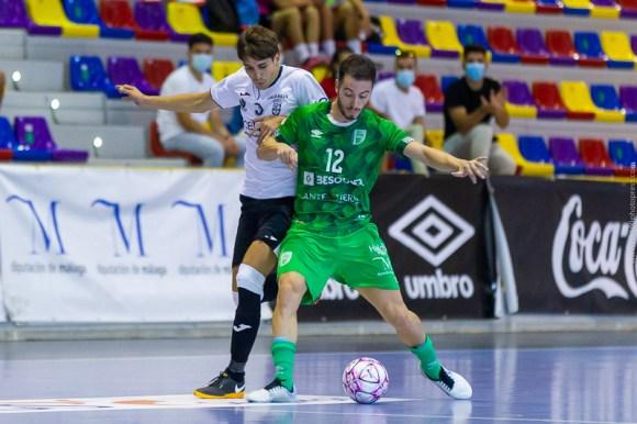 El joven Molero, que ha marcado dos goles, porfía por un balón con el local Cobarro
