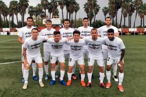 Los jugadores del Ceuta han salido al campo con camisetas de ánimo a su compañero lesionado Alejo