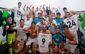 Los jugadores del Ceuta B celebran en los vestuarios su triunfo en el 'Carlos Marchena'
