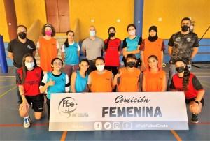 Alumnas de la escuela Femenina de la FFCE, con monitoras y federativos / Foto: FFCE