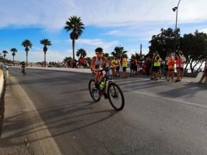Un participante, durante el segmento ciclista / Foto: Salva Camacho