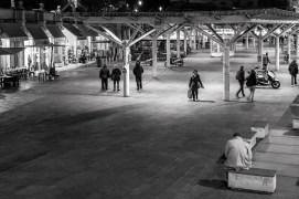 Piazza Ghiaia era sepolta da un complicato intreccio di travi e di lastre, che avevano soffocato lo storico mercato all'aperto, da sempre protagonista della conca a lato del placido torrente Parma. Erano da poco passate le ventitré, e Libero aspettava, imbacuccato in un paltò, fra quel che restava delle panchine della piazza.